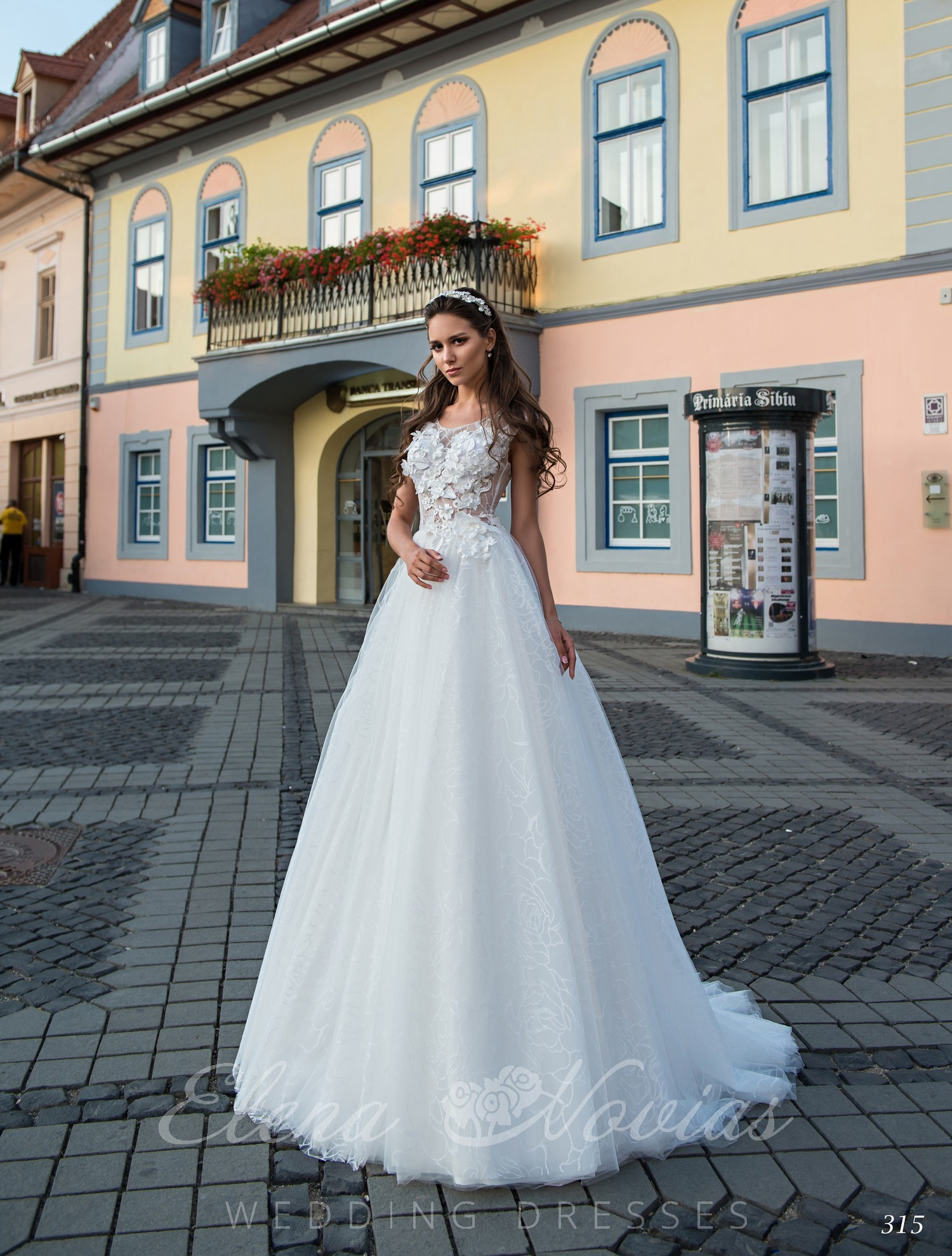 Wedding dress embroidered with 3D appliqués on wholesale
