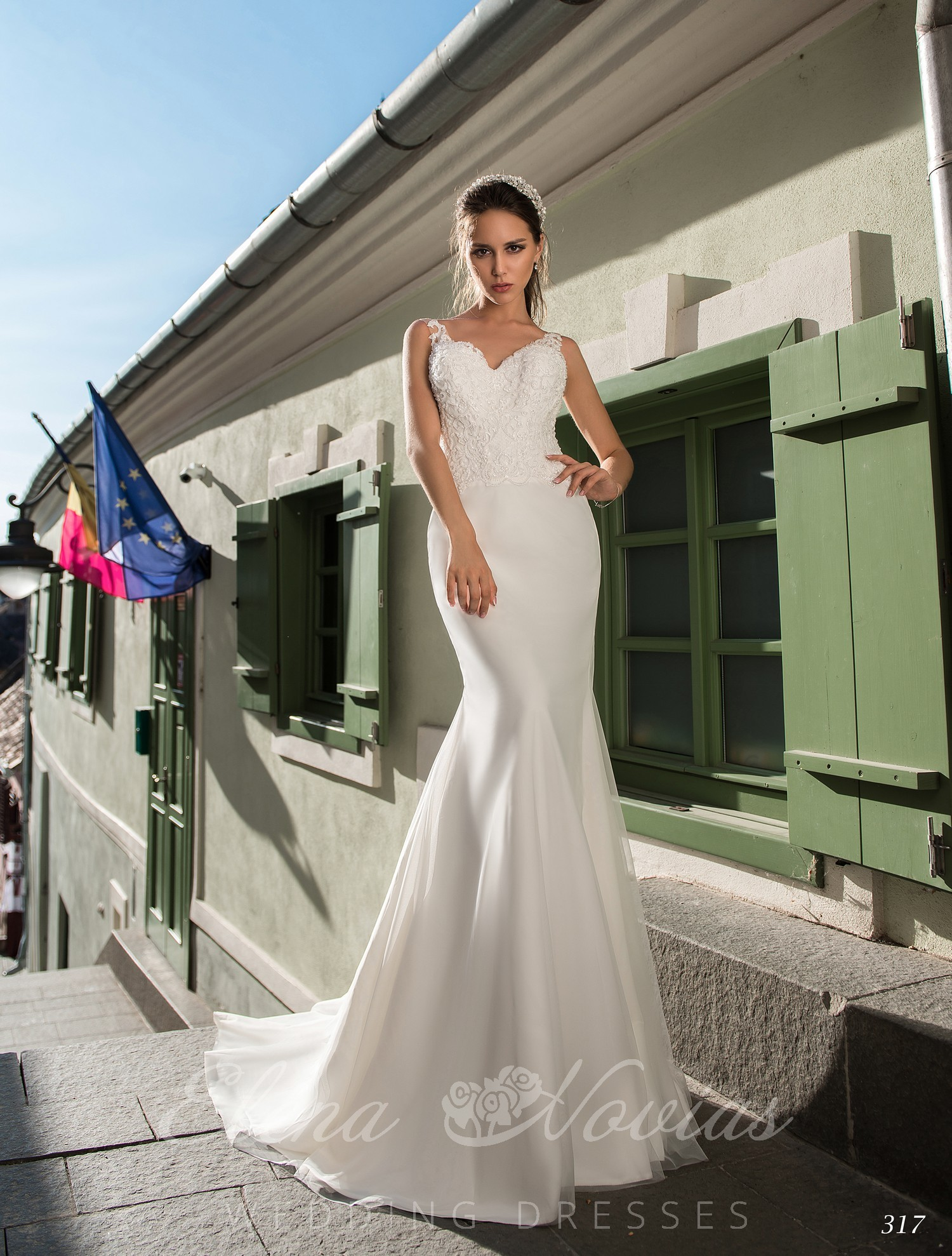 A tight wedding dress with straps on wholesale