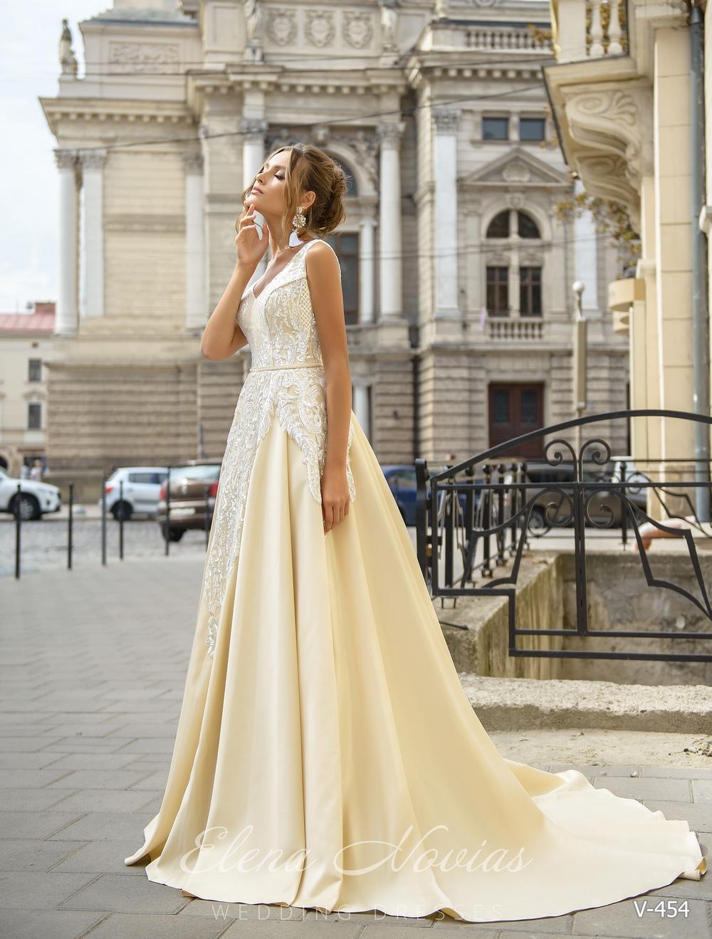 Вечернее длинное в пол платье со шлейфом и глубоким декольте